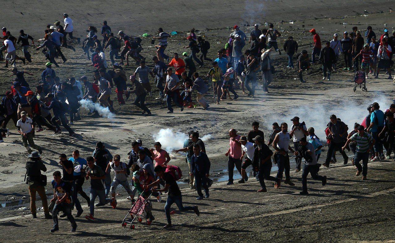 美國動用催淚瓦斯驅趕湧向邊界的移民。路透