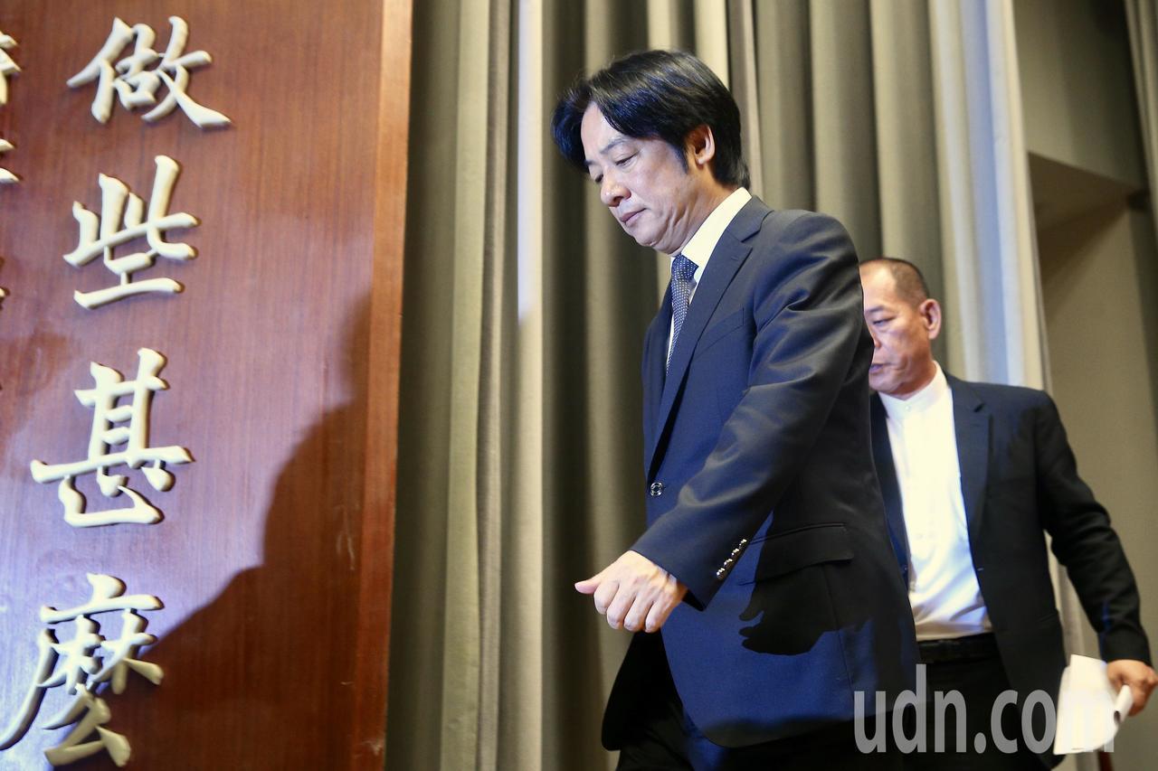 行政院上午召開記者會,院長賴清德宣布接受蔡英文總統慰留,表示會留下來繼續努力,希...