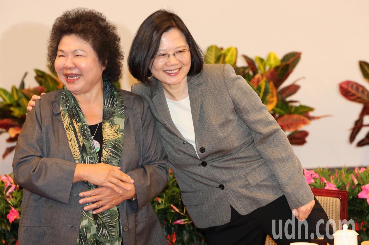 總統蔡英文(右)與總統府秘書長陳菊(左)。報系資料照