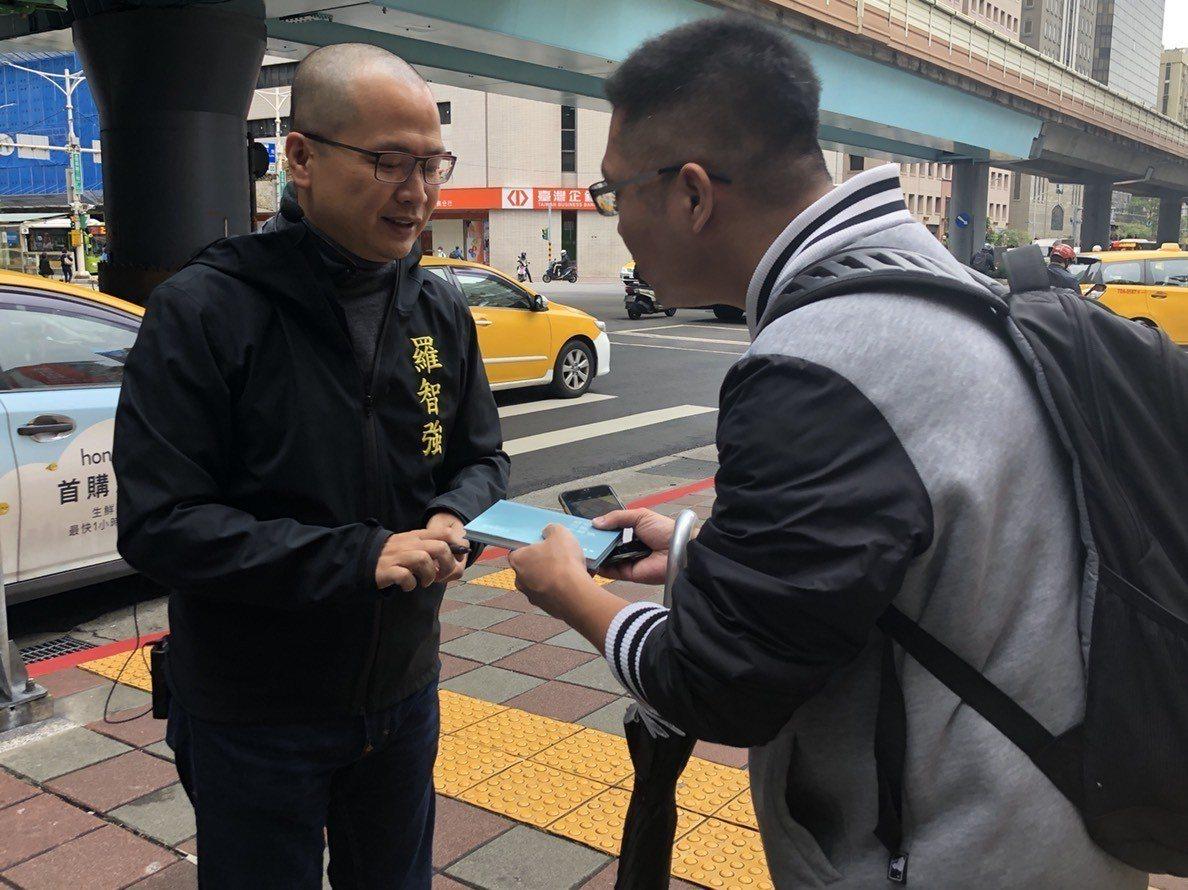 羅智強今起展開六都街頭感恩演講,同時宣布「四階段參選總統」。記者陳靖宜/攝影