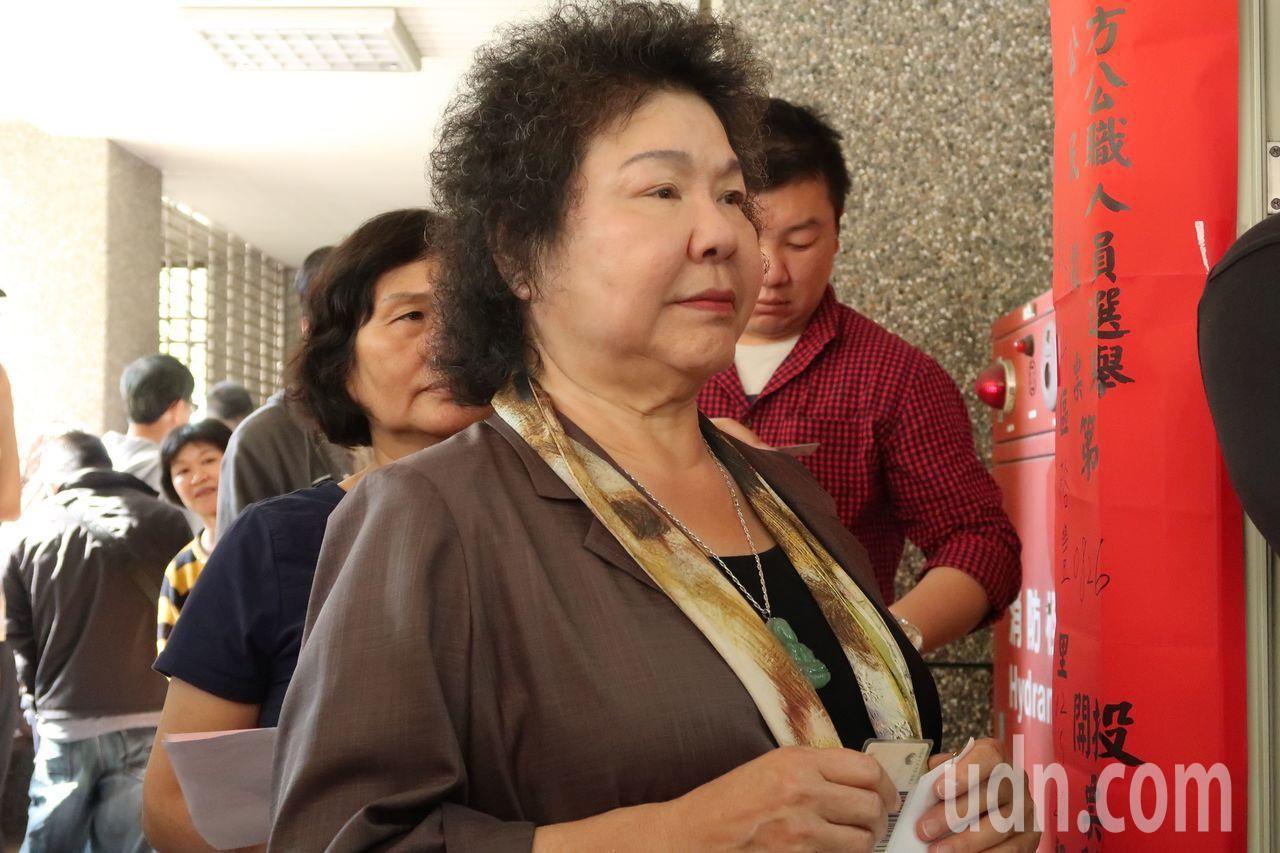 總統府秘書長陳菊決定留任。圖為九合一選舉投票當天,她跟著長長人龍排隊投票。聯合報...