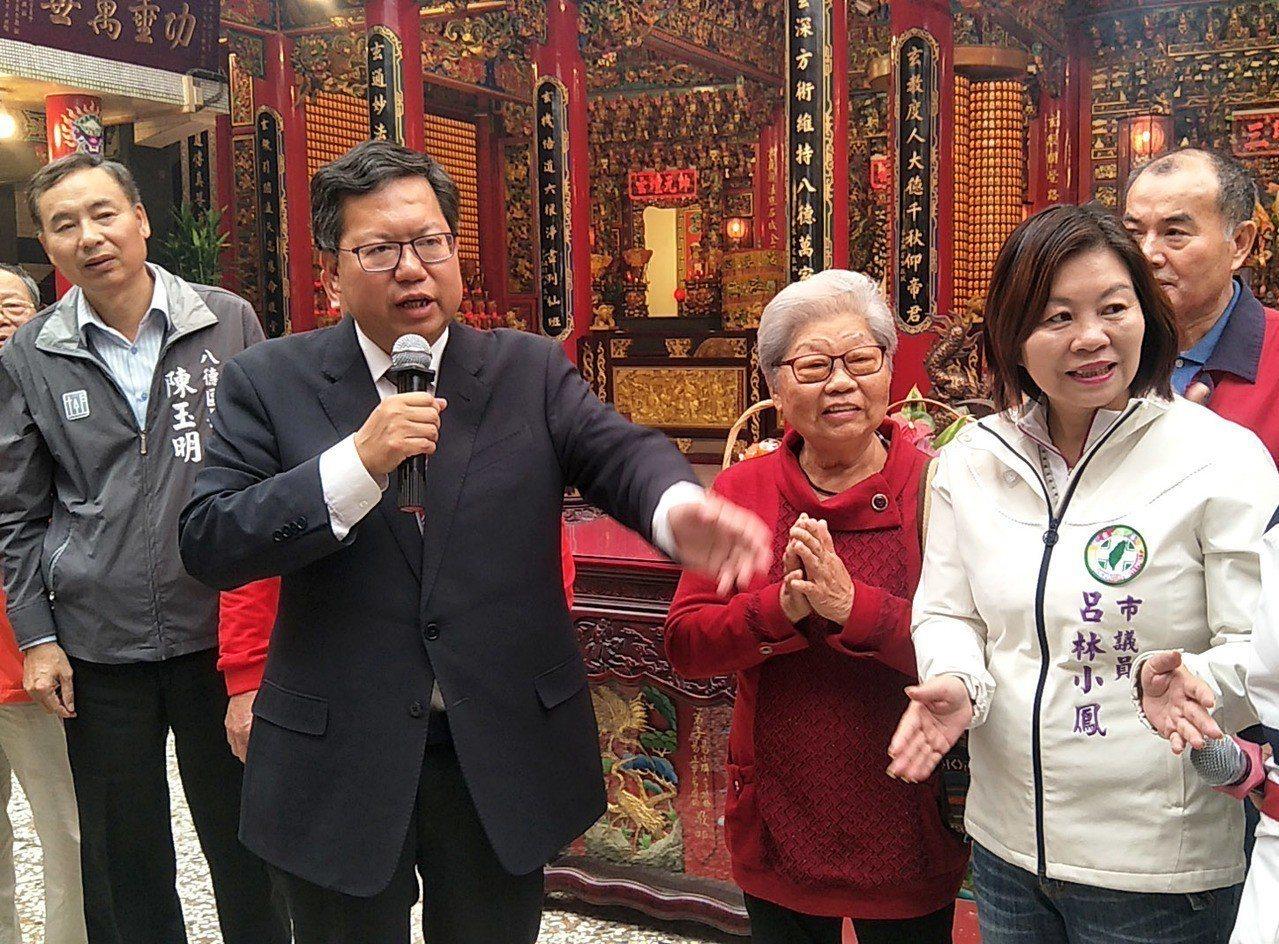 桃園市長鄭文燦(左二)返鄉祈福謝票,與他母親鄭邱碧回(左三)一起感謝鄉親支持。記...
