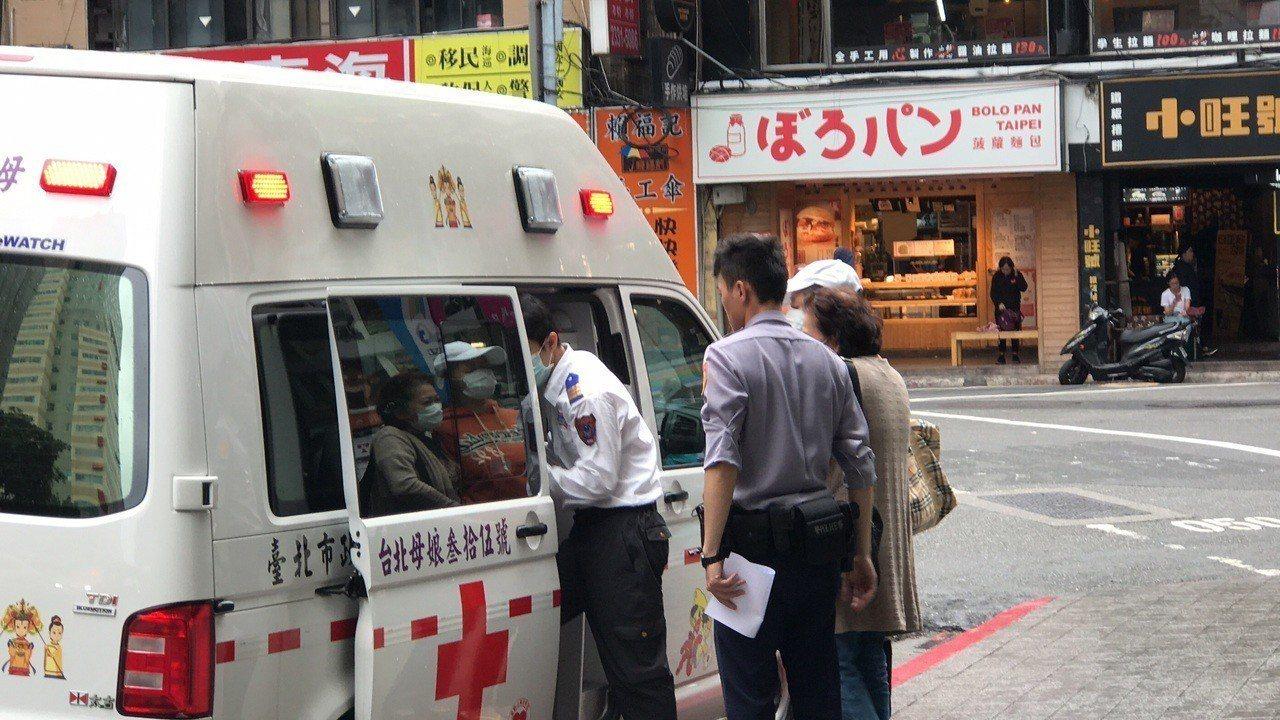 台北市一名女子全裸在北市閒晃,警方趕緊通知家屬將她送醫。記者廖炳棋/翻攝