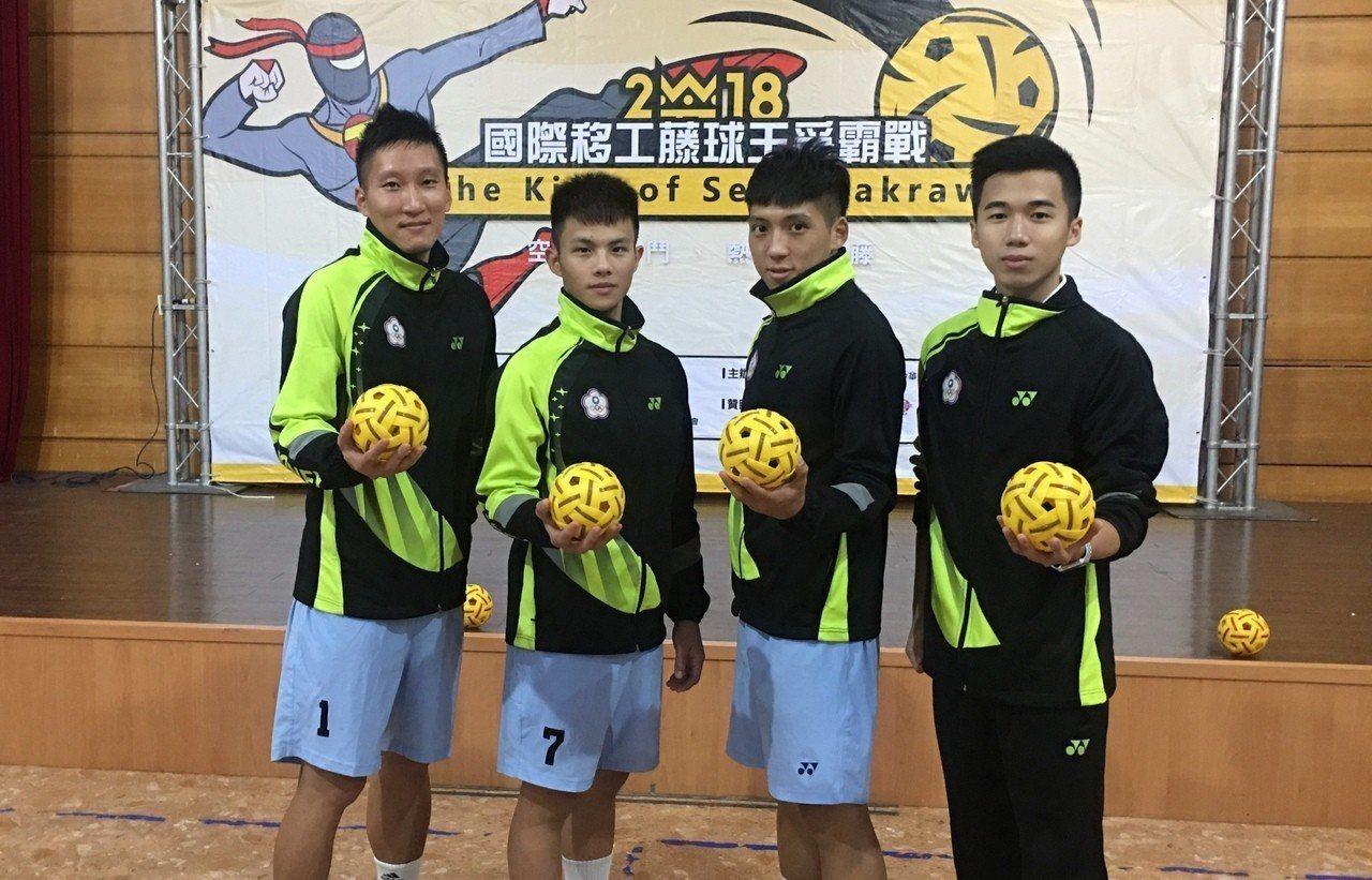 詹宇庭(左一)和詹宇峰(右二)兄弟檔是台灣藤球先驅,國際移工藤球爭霸戰將和年輕小...