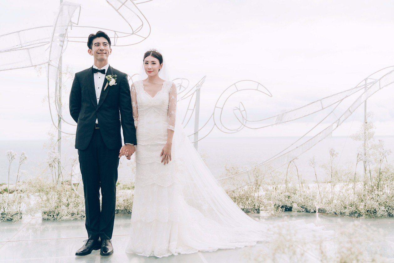 修杰楷和賈靜雯於峇里島補辦婚禮,典禮上新郎身穿Hugo Boss提供的黑色量身訂...