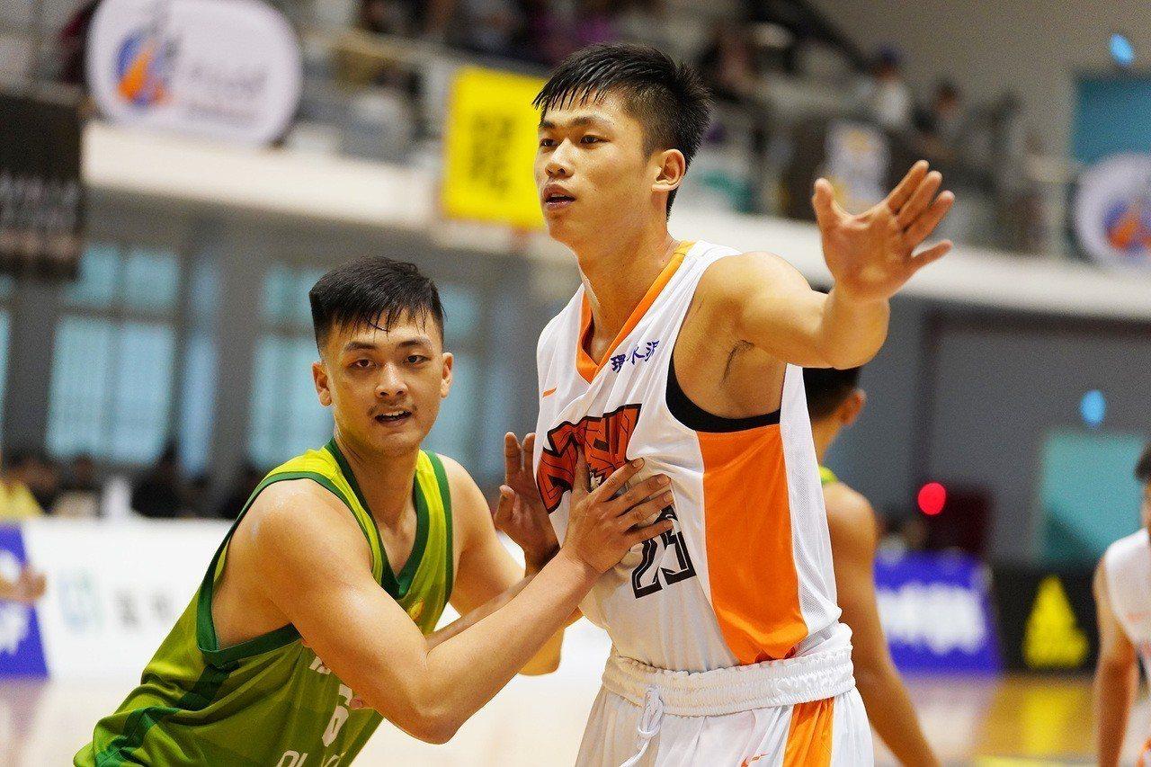 國立體大UBA菜鳥林正(右)替補得6分、8籃板。圖/大專體育總會提供