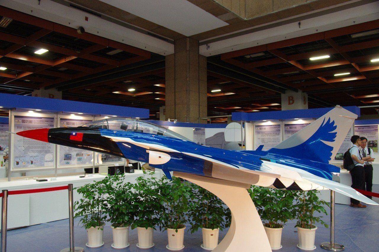 去年在台北航太展上的T-5高教機模型,採用「藍鵲」塗裝。資料照,記者程嘉文/攝影