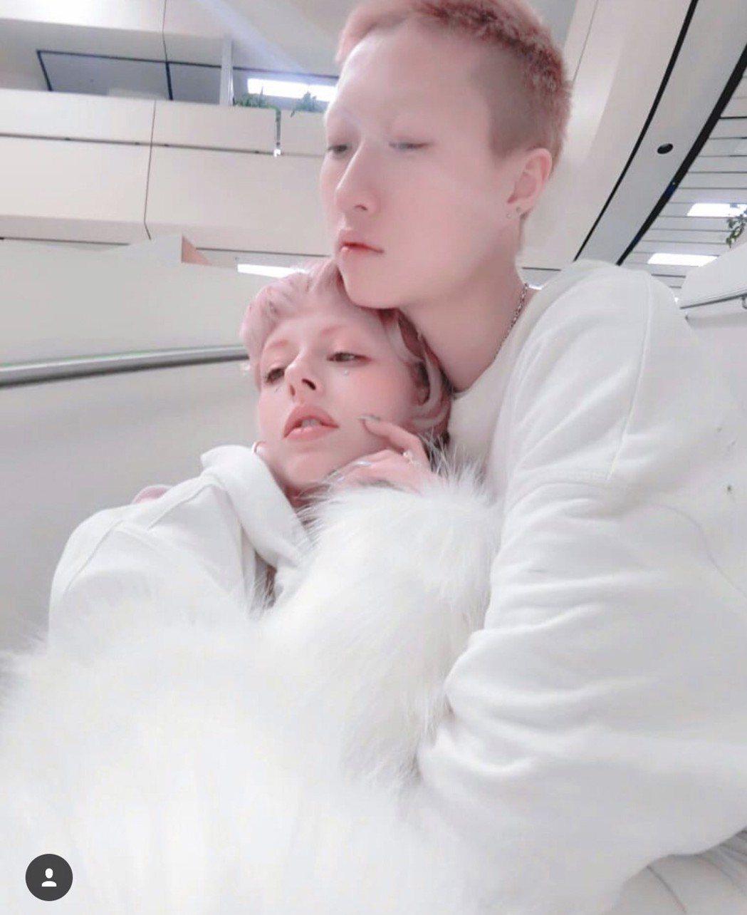 吳卓林(右)宣布和女友結婚。圖/摘自吳卓林IG