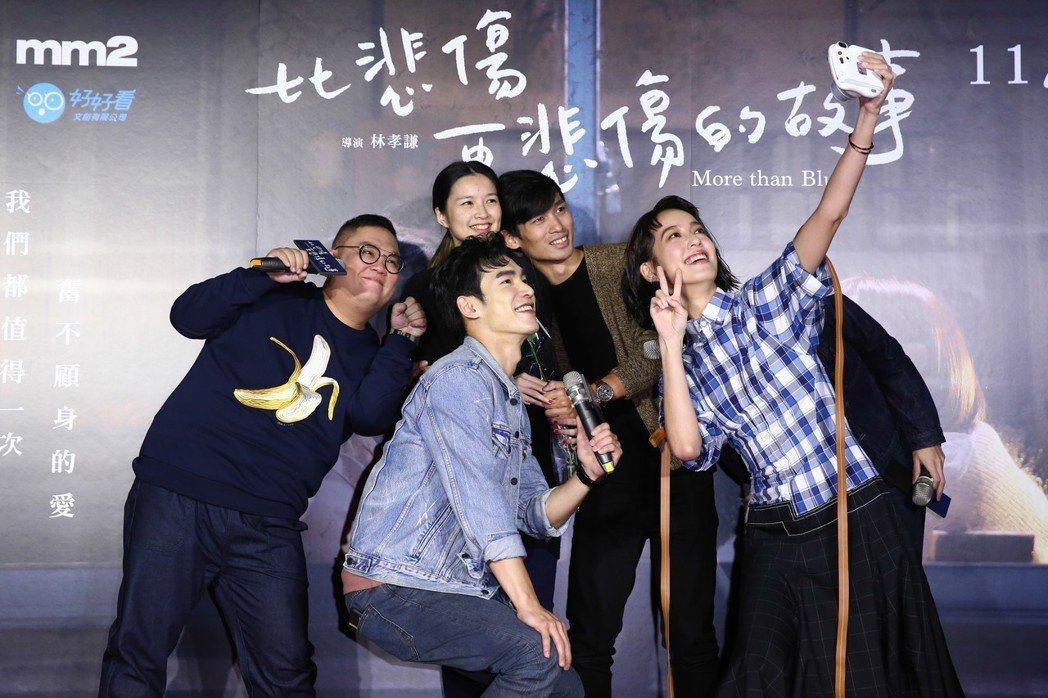 導演林孝謙(左一)、陳庭妮(右一)、張書豪(左二)、石知田今天出席《比悲傷更悲傷...