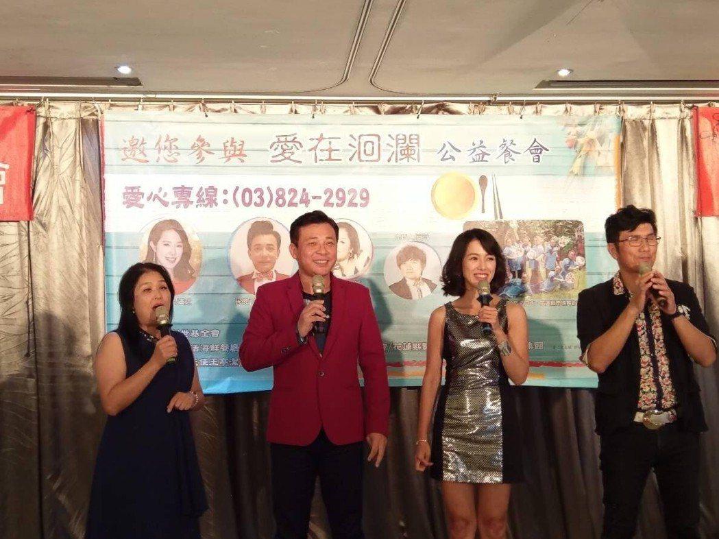 胡鴻達(左二)、黃瑄參加公益活動。圖/民視提供