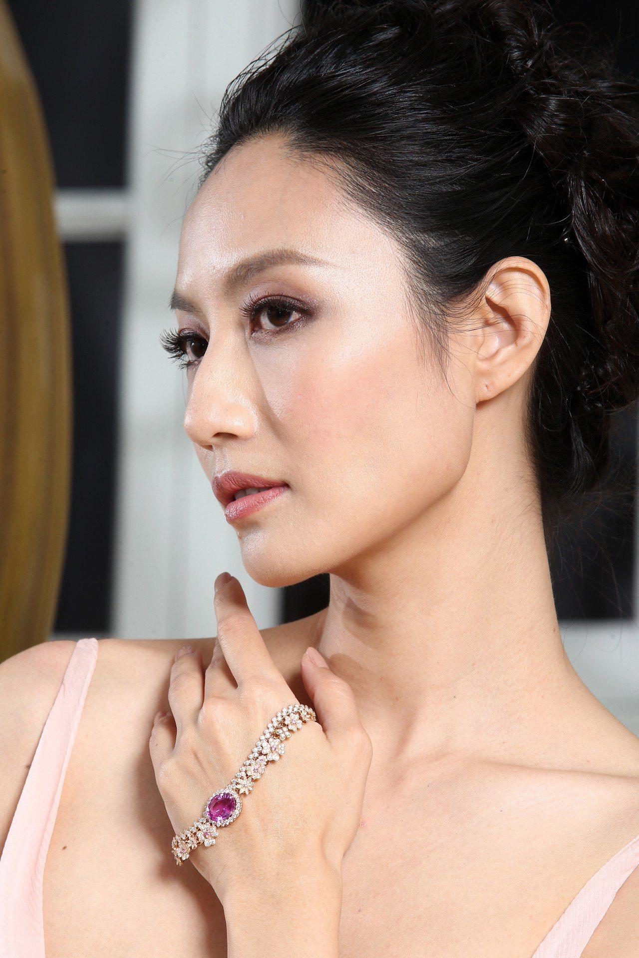 名模邱馨慧配戴Dior Dior Dior系列Dentelle Tulle粉紅藍...