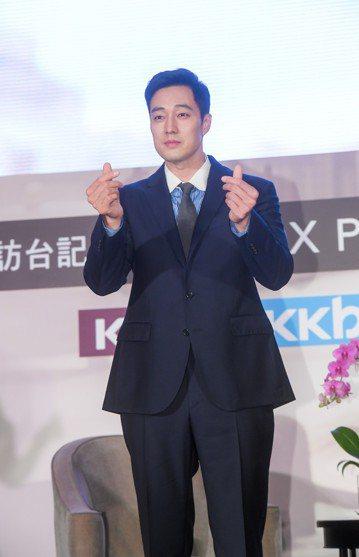 蘇志燮26日結束台灣行返回韓國,他這趟來台宣傳韓劇「我身後的陶斯」,除了2場公開活動,其餘時間排滿媒體訪問,所有時間均貢獻給工作。他在受訪時最受關注的部分就是劇中和童星們的互動,雖然喜愛小孩,蘇志燮...