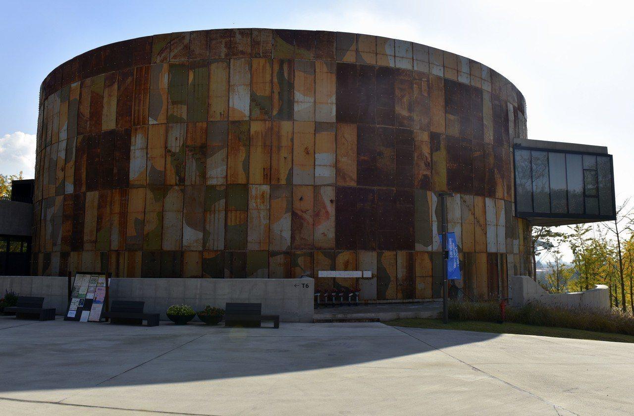 T6的社區中心是唯一的新建建築,外觀鋼板是由T1和T2拆下來重新組裝而成。圖/S...