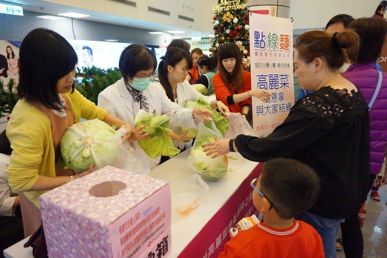 義賣活動獲得熱烈響應,工作人員馬不停蹄的分裝高麗菜。新竹馬偕/提供