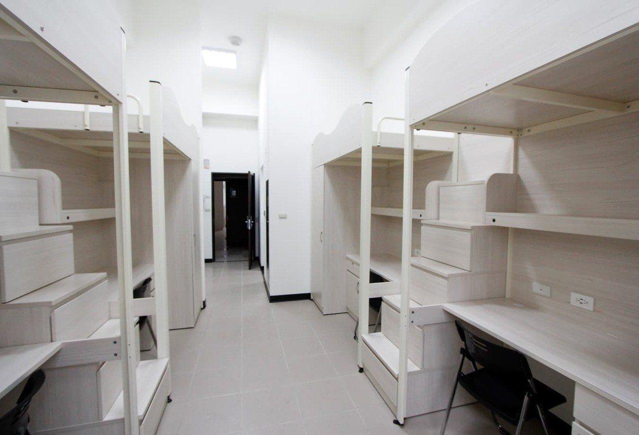 龍華科大使用木質色調打造溫馨淡雅的全新宿舍。圖/龍華科大提供