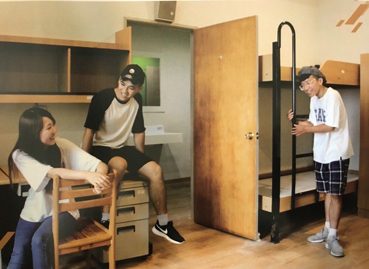 玄奘大學將五人房改為四人房,鋪上全木質地板,打造溫馨感宿舍,吸引學生就讀。圖/玄...