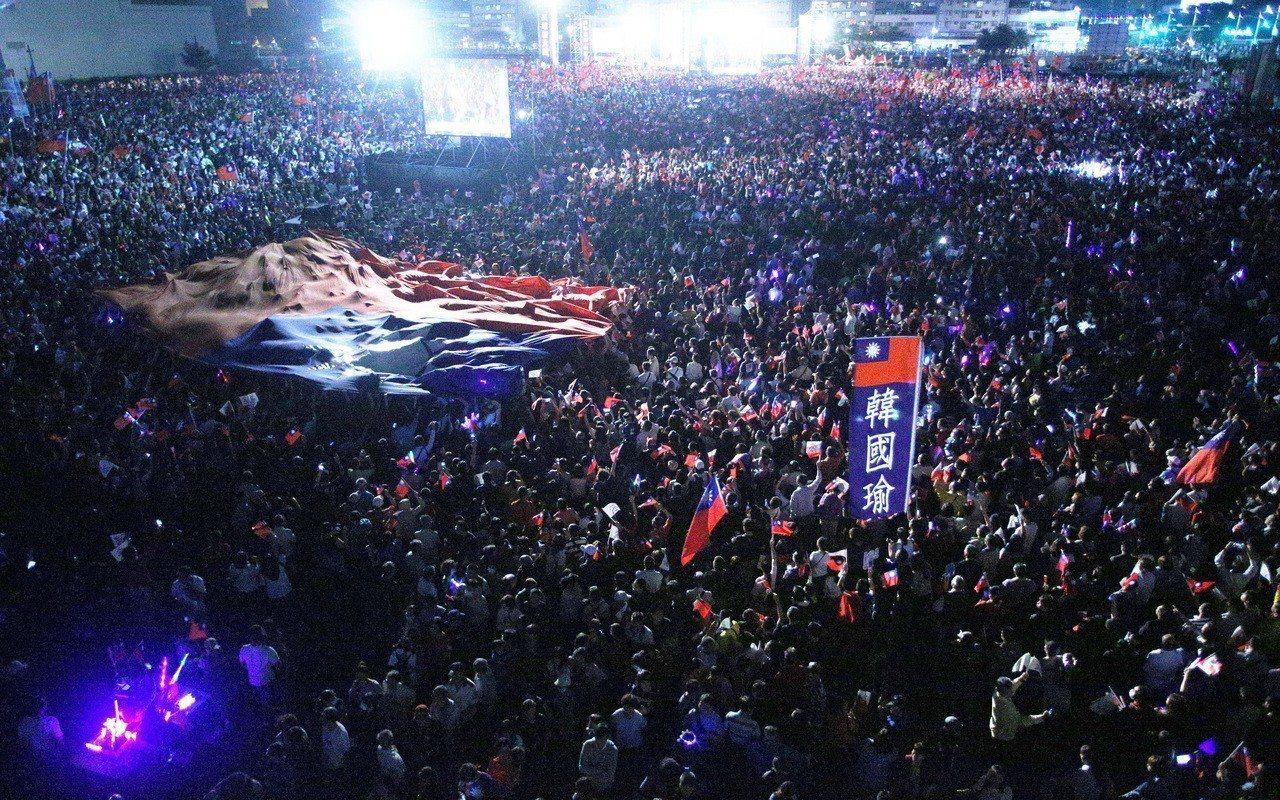 韓國瑜的鐵粉「國旗哥」上周五照例自發性前往揮舞大國旗,卻在現場倒下,送醫不治,來...