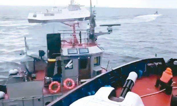 鳥克蘭26日指控俄羅斯開火並扣押黑海上的三艘烏克蘭船艦,且造成6名水手受傷。圖/...