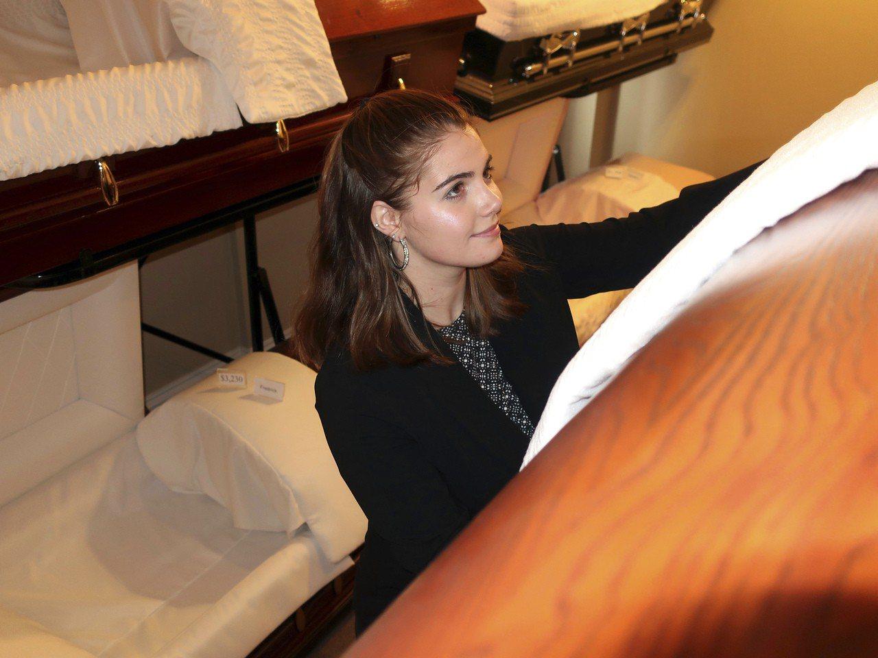 禮儀師黛里恩‧弗雷德里克在紐約州克里夫蘭殯儀館,調整棺木的擺放方式。 美聯社