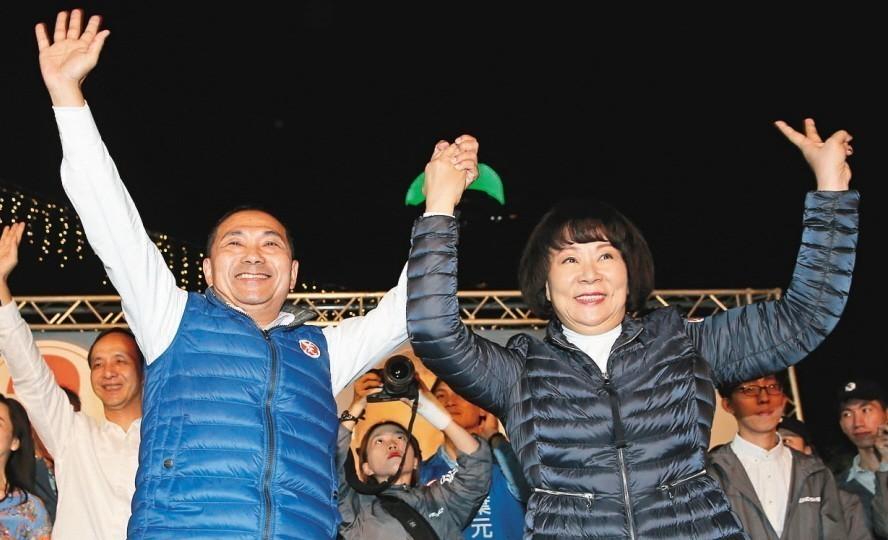 國民黨新北市長當選人侯友宜(左),帶著從未露臉的夫人任美鈴上台答謝選民支持。 圖...
