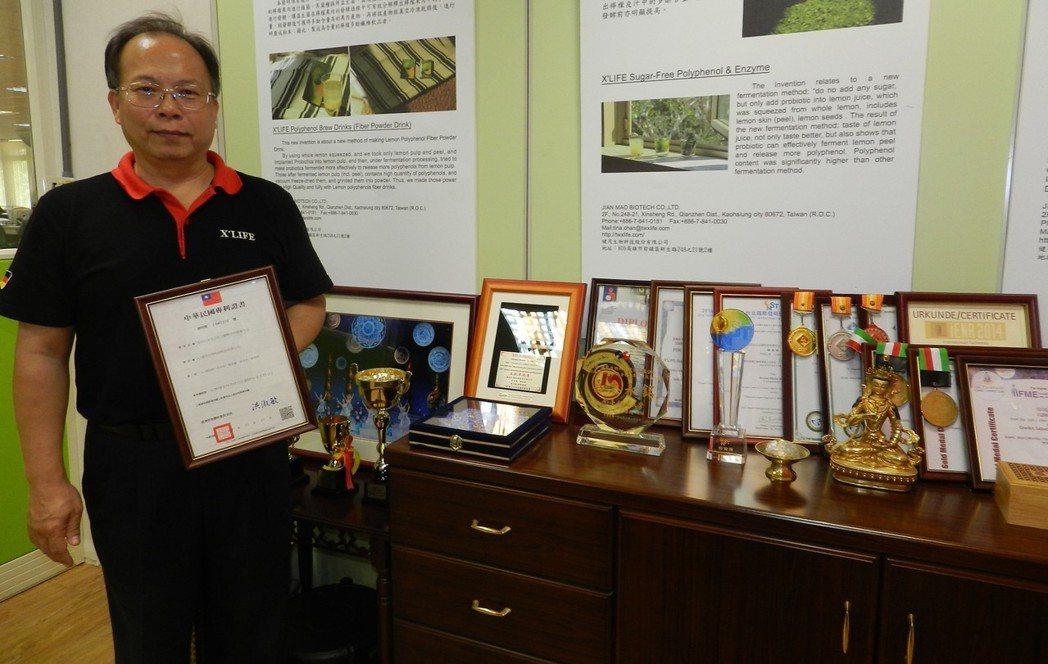 健茂總經理許長祿手持最新發明專利,從種植、製程、產品品質,堅守無農藥、無糖、無毒...