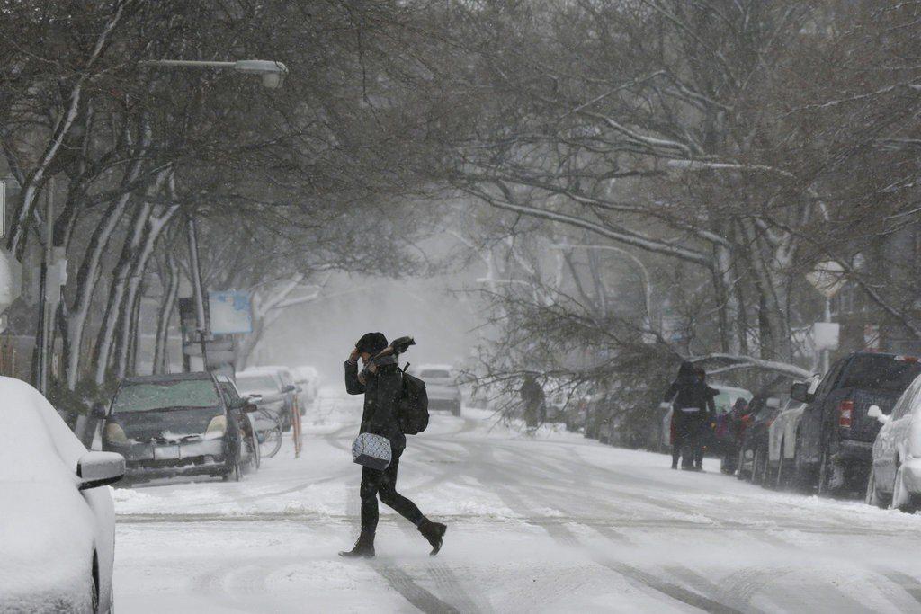 暴風雪襲芝加哥,陸空交通打結,積雪逾13吋。 圖/美聯社