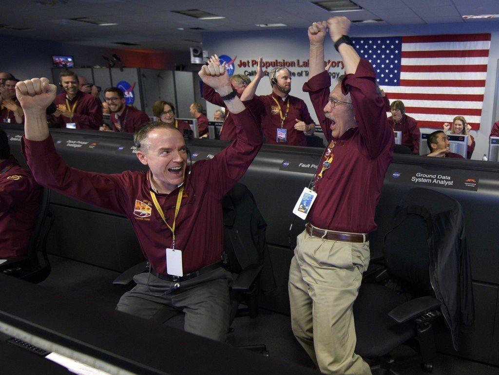 宣布「確認著陸」後,整室壓抑已久的焦慮及興奮情緒瞬間沸騰,數十名科學家從座位上跳...