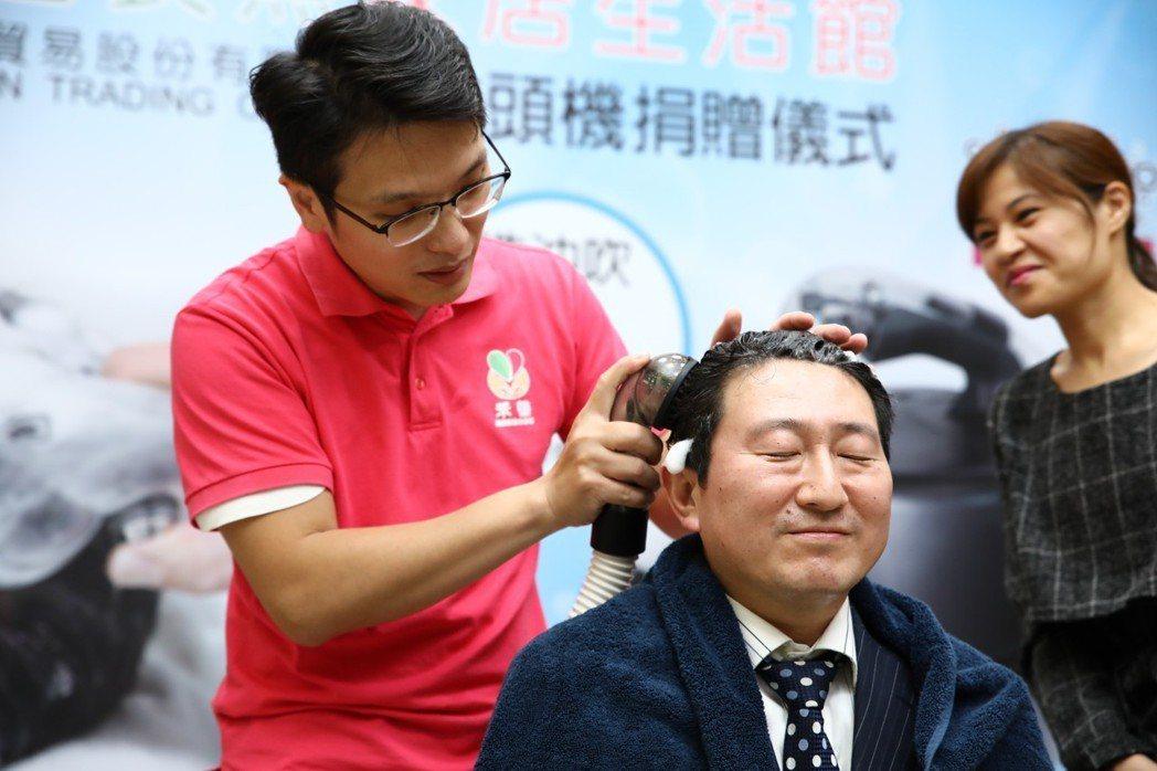 在捐贈儀式之後,禾善長照現場演示Room Shampoo洗頭機的使用方式。 禾善...