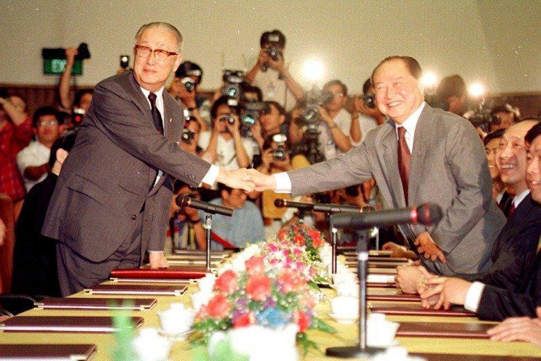 圖為1993年辜汪會談,一般認為「九二共識」促成該年4月的兩岸會談。 圖/聯合報...