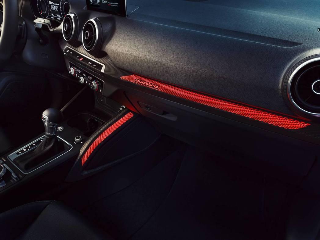 Audi Q2精彩無限版車室空間更提供黑色頂篷與氣氛光感流體飾板,提供多達10種...