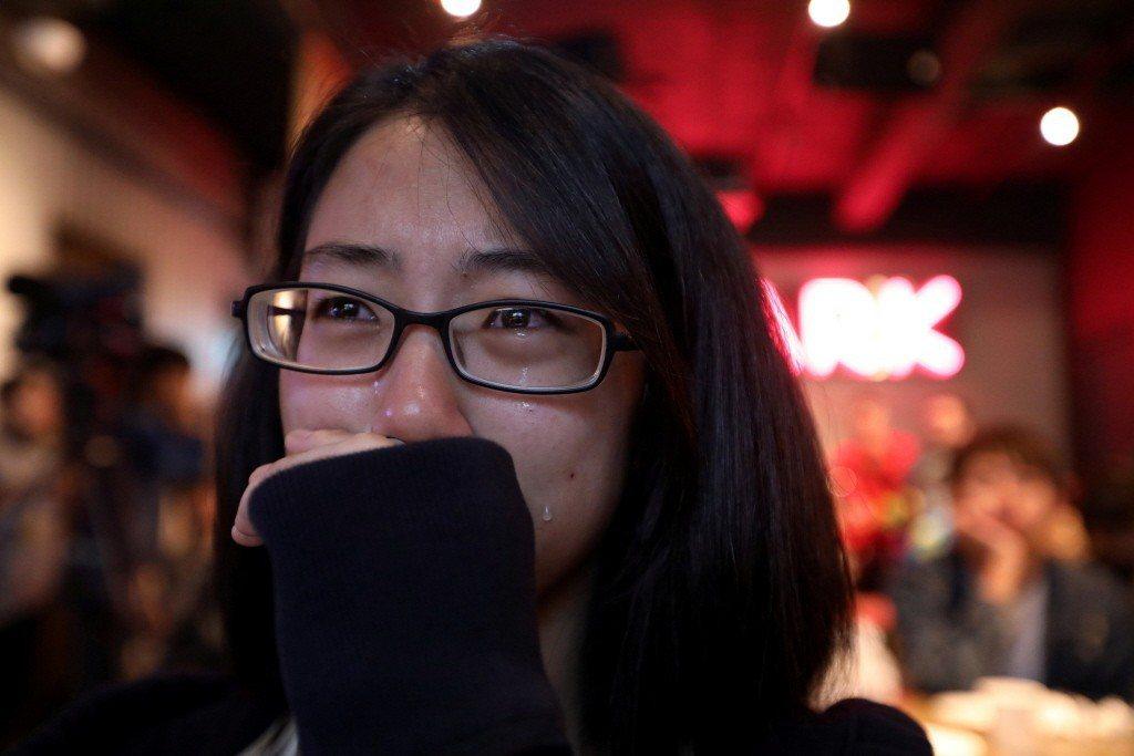 一名平權支持者在得知公投結果後,不禁傷心落淚。 圖/路透社