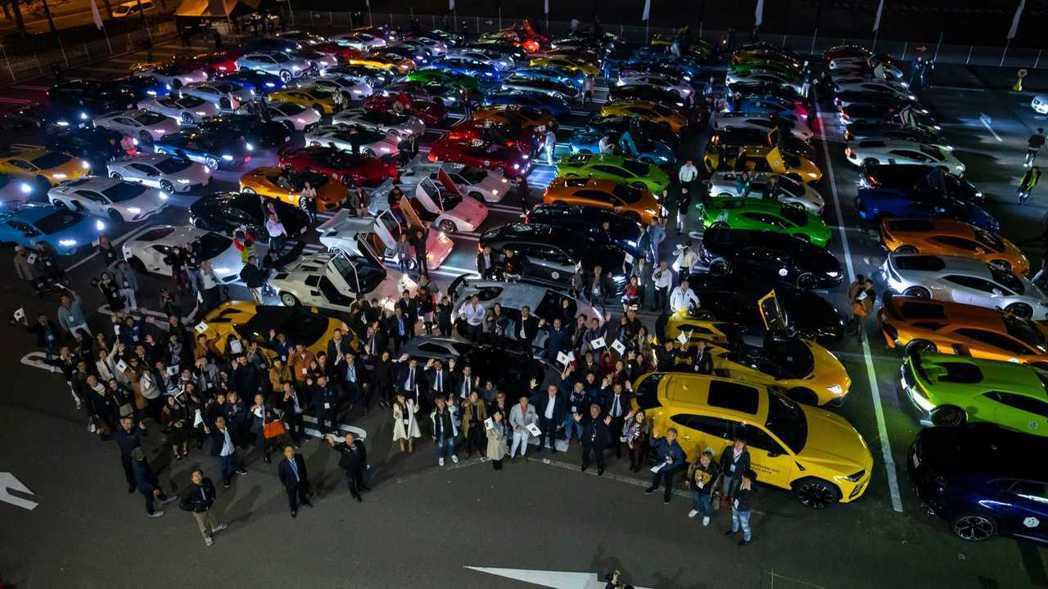 車主與在場的所有Lamborghini來一張空拍大合照。 摘自Lamborghi...