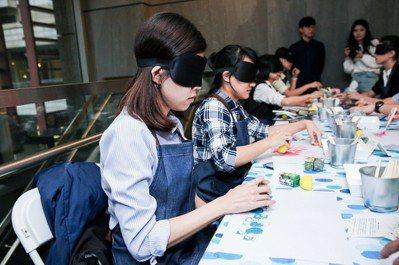 點點善以「藝術共創體驗」工作坊,帶領活動參與者一起打破視覺框架、發掘不同的美。圖...