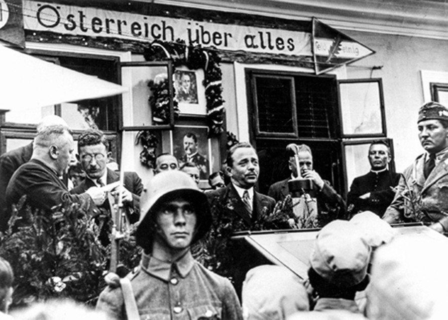 奧地利此時的威權政治,並不是在右翼專政後便一夕生成的。圖為基社黨籍的總理多爾夫斯...