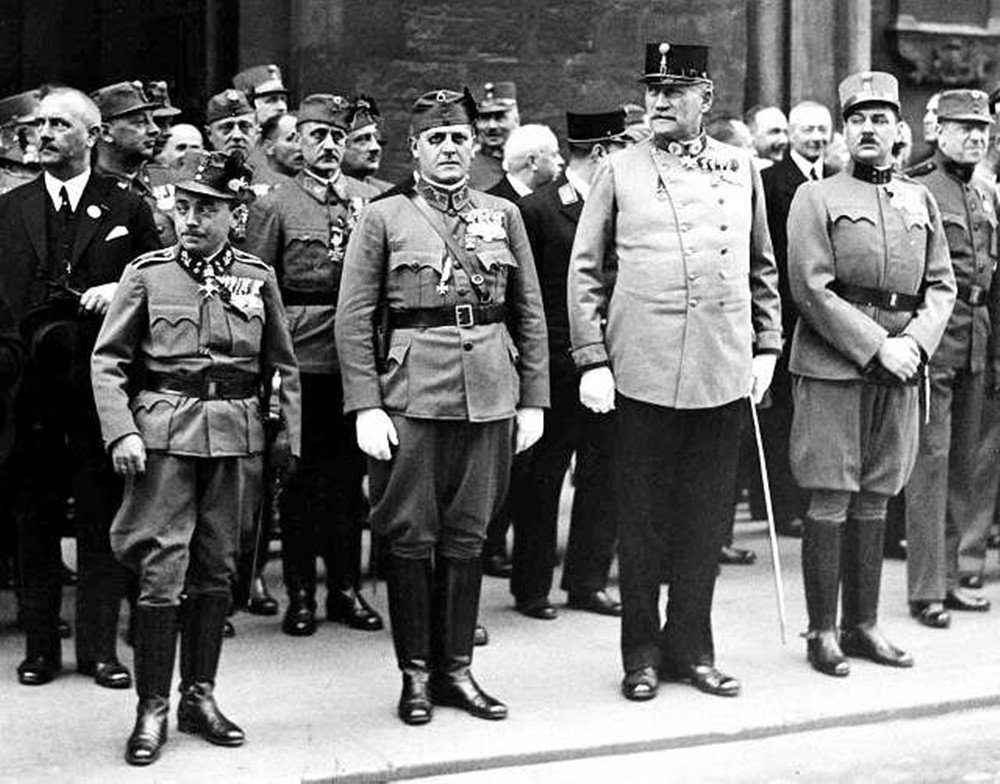 多爾夫斯(左)順勢把手一招,烙警察進來,把所有議員通通架回家去...然後奧地利就...