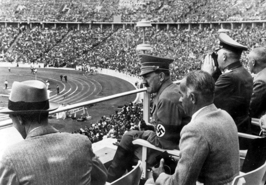 關於德國「大國崛起」的新聞報導加上納粹「強國」的宣傳轟炸,讓政治冷感、只想拚經濟...