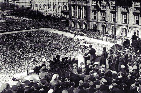希特勒在維也納,人海中每個人都莫名其妙集體感染了強國優越感。 圖/美聯社