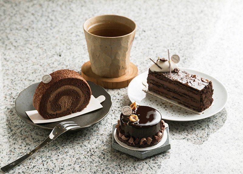 巧克力慕斯180元(前)/以巧克力慕斯為主體,放入些許高梁酒提味,外層綴上融入可...