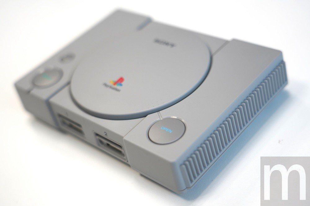 外型與當年推出的第一代PlayStation相同,但體積明顯縮小,同時光碟機上蓋...