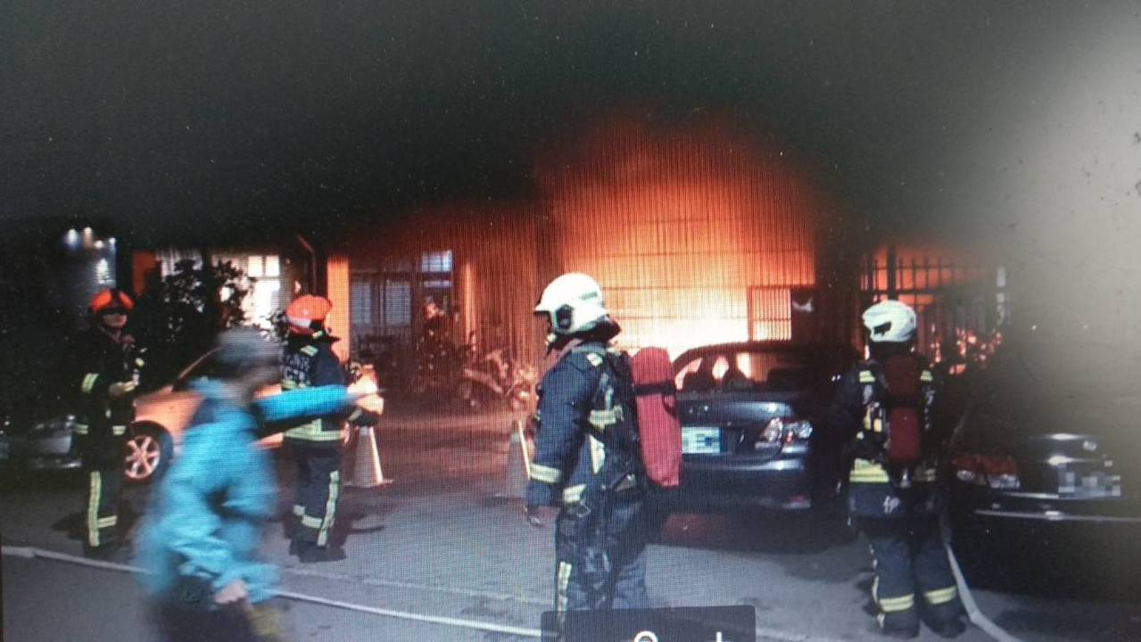 台中市北區健行路198巷一棟4樓透天厝,今天凌晨一樓騎樓處的機車起火,濃煙熊熊,...