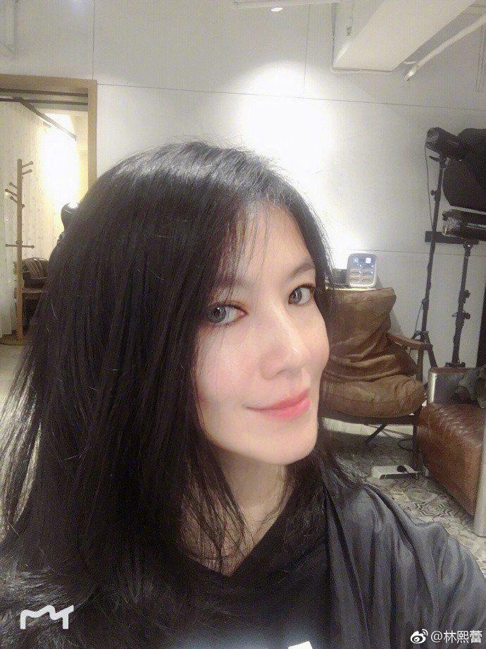 林熙蕾玩了美肌APP之後的樣貌。圖/摘自微博