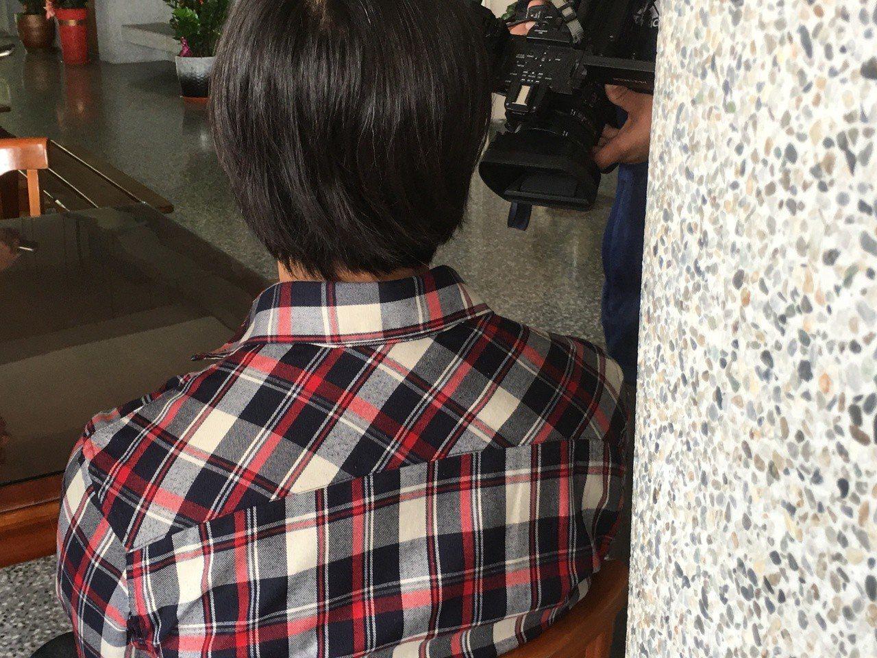 雲林縣一名國中女學生昨天拒絕被理化老師要求放學後留下補考,自行打電話找媽媽到校,...