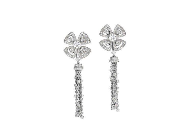 木村光希配戴的寶格麗FIOREVER系列白K金鑽石流蘇耳環,64萬6,000元。...