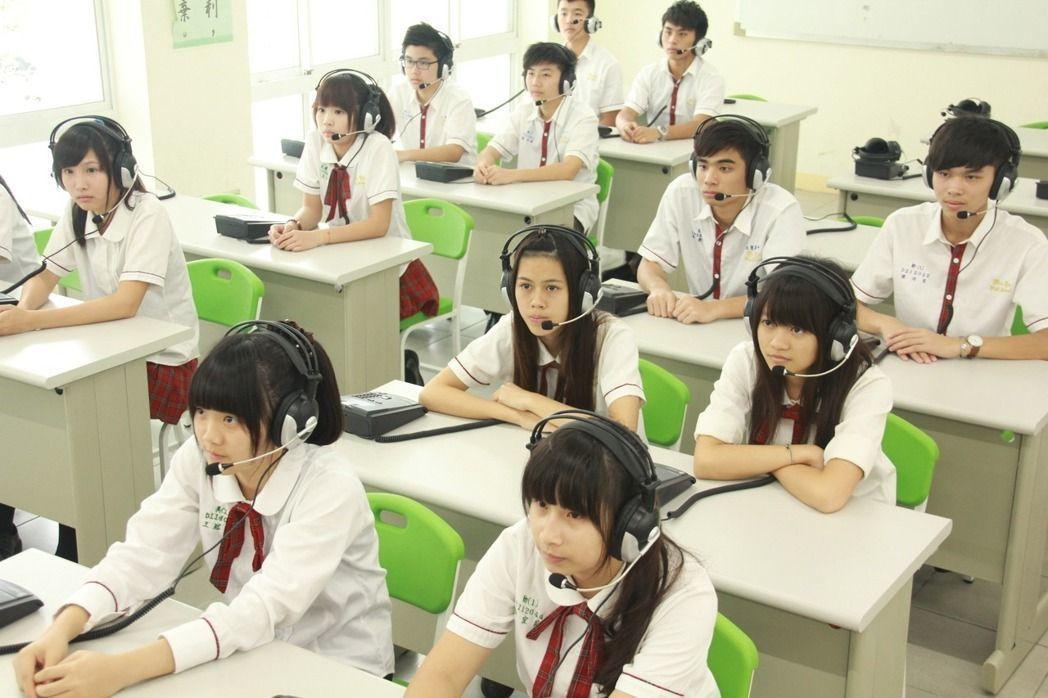 高中英聽測驗考生。報系資料照