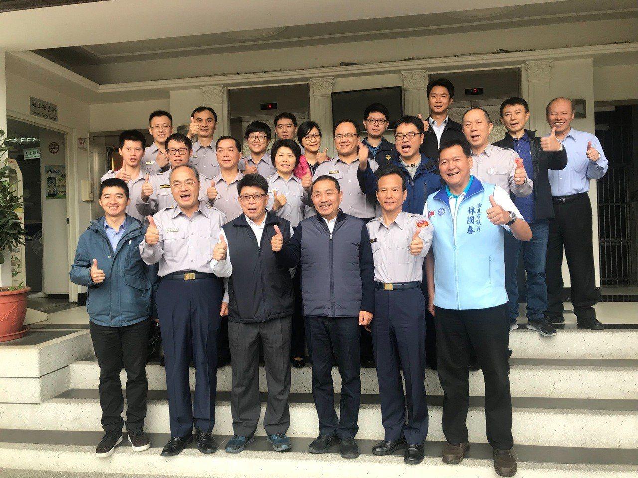 新北市長當選人侯友宜今天前往海山警分局,一一與執勤員警握手致謝。記者袁志豪/翻攝