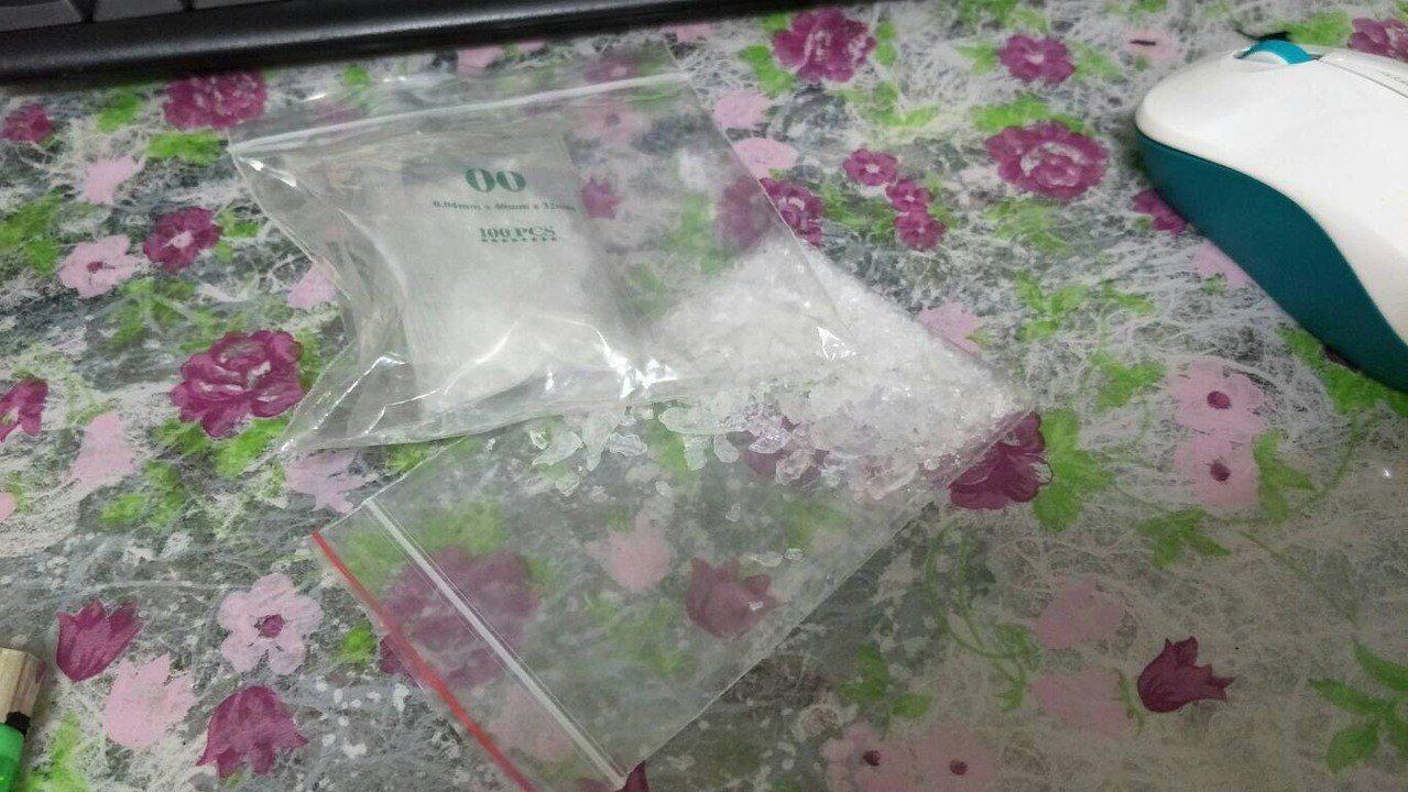 陳姓毒品通緝犯趁著大選之日回家,窩藏在仁德住家中,埋伏多時今晨查獲第二級毒品安非...