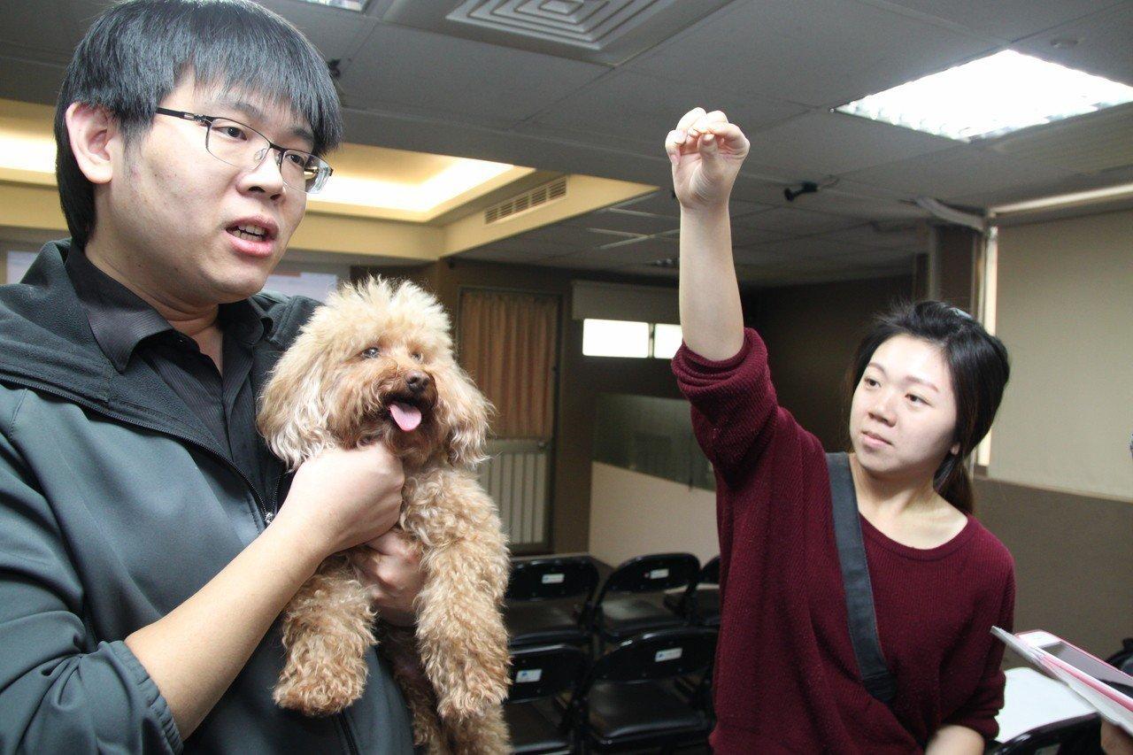 全國動物醫院獸醫師李柏儒(左)指出,飼主常發現家裡的貓狗突然有食慾變差、發胖或體...