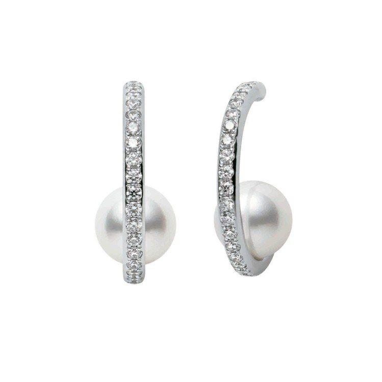 迪麗熱巴配戴的MIKIMOTO 日本Akoya珍珠鑽石耳環,16萬1,000元。...