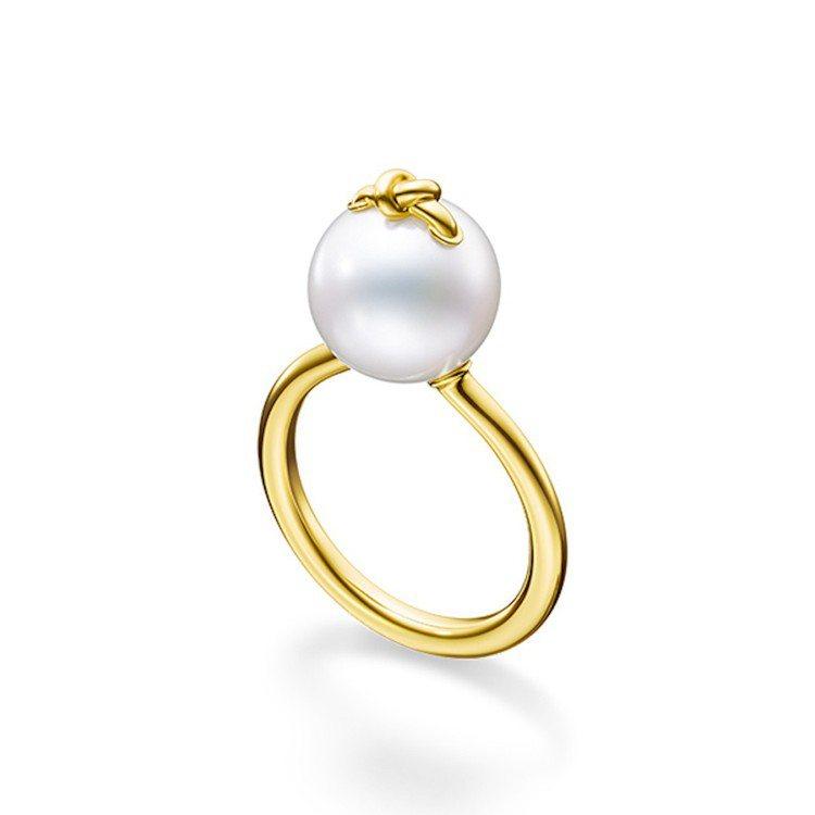 林志玲配戴的M/G TASAKI KNOT 珍珠黃K金戒指,80,600元。圖/...