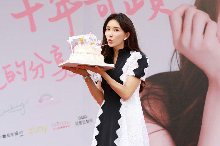 林志玲出席志玲姊姊慈善基金會10週年「愛的分享嘉年華」見面會與粉絲一同提前慶生。...